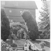 Cover image of Lady Barnard and her nieces in the English sunken garden of the Government house / 27833
